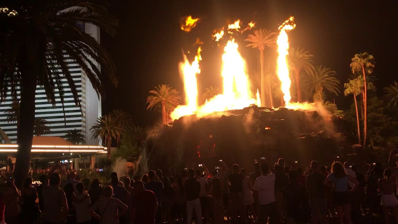 Volcano Erupting Show - What to see in Las Vegas 2019 #FamilyGoTrip 4